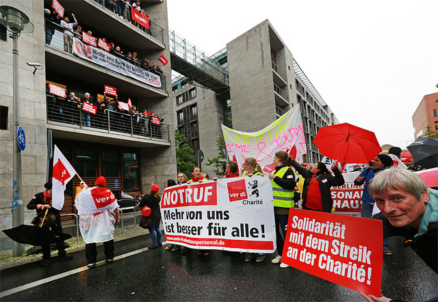 Foto: Fraktion DIE LINKE. im Bundestag. Lizenz: CC-BY. ver.di-Charité-Streik-Demo am 23.06.2015 vor dem Bundestag
