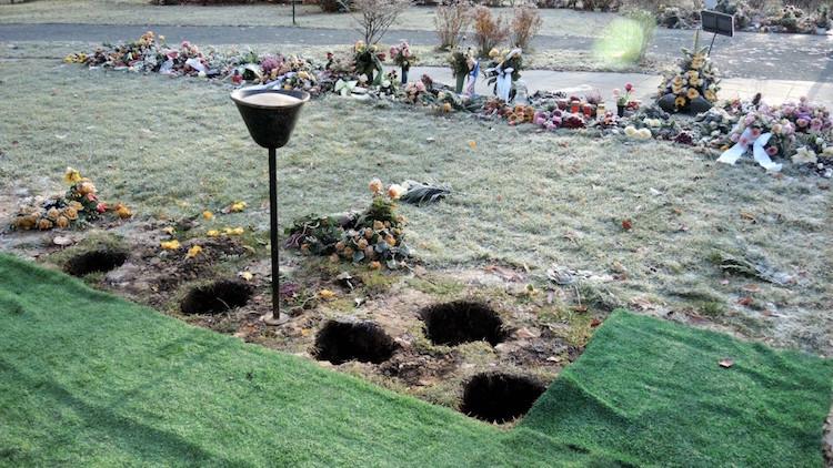 Offene Urnengräber mit Blumenschmuck