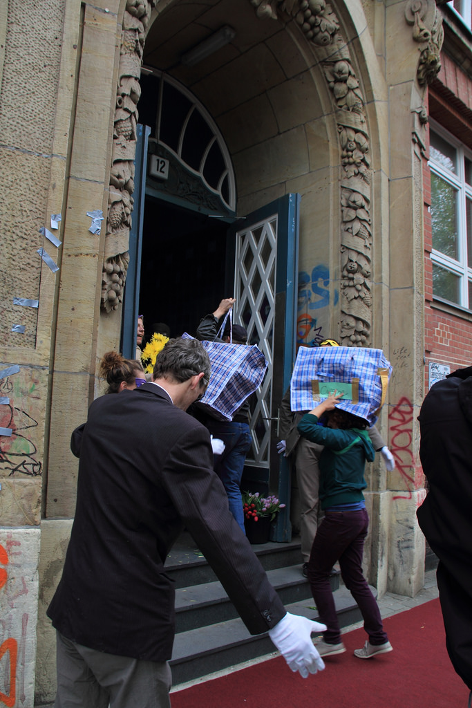 Eine zivilgesellschaftliche Initiative in Hamburg richtet im Mai 2014 (!) eine Unterkunft für Geflüchtete her, nachdem sich Regierende der Stadt offenbar damit schwer tun.
